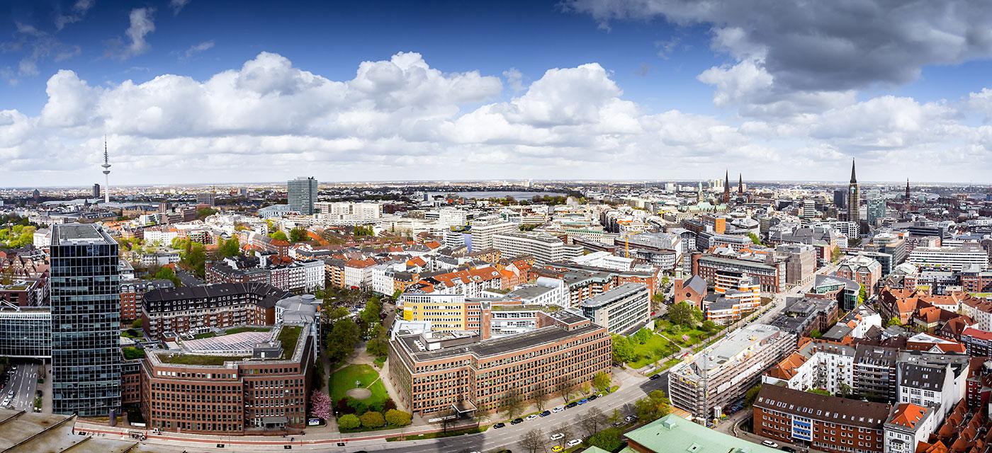 Hamburg Panorama mit Alster und Rathaus