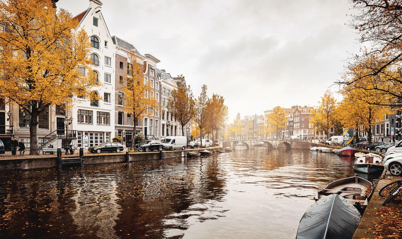 Blick auf eine Gracht im herbstlichen Amsterdam
