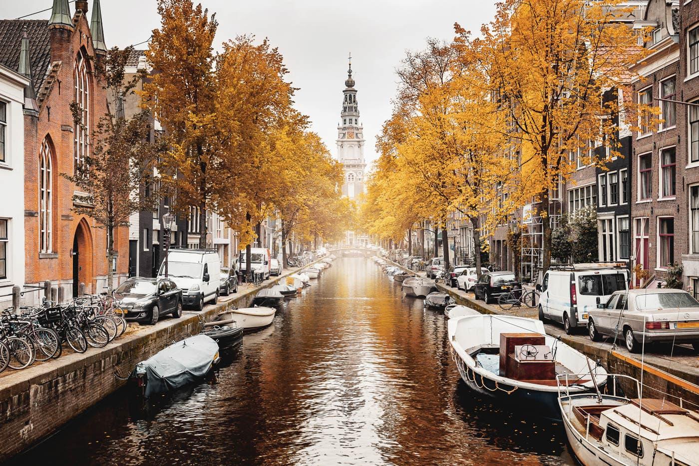 Blick auf die Amsterdamer Zuiderkerk im Groenburgwal, Gracht im Herbst