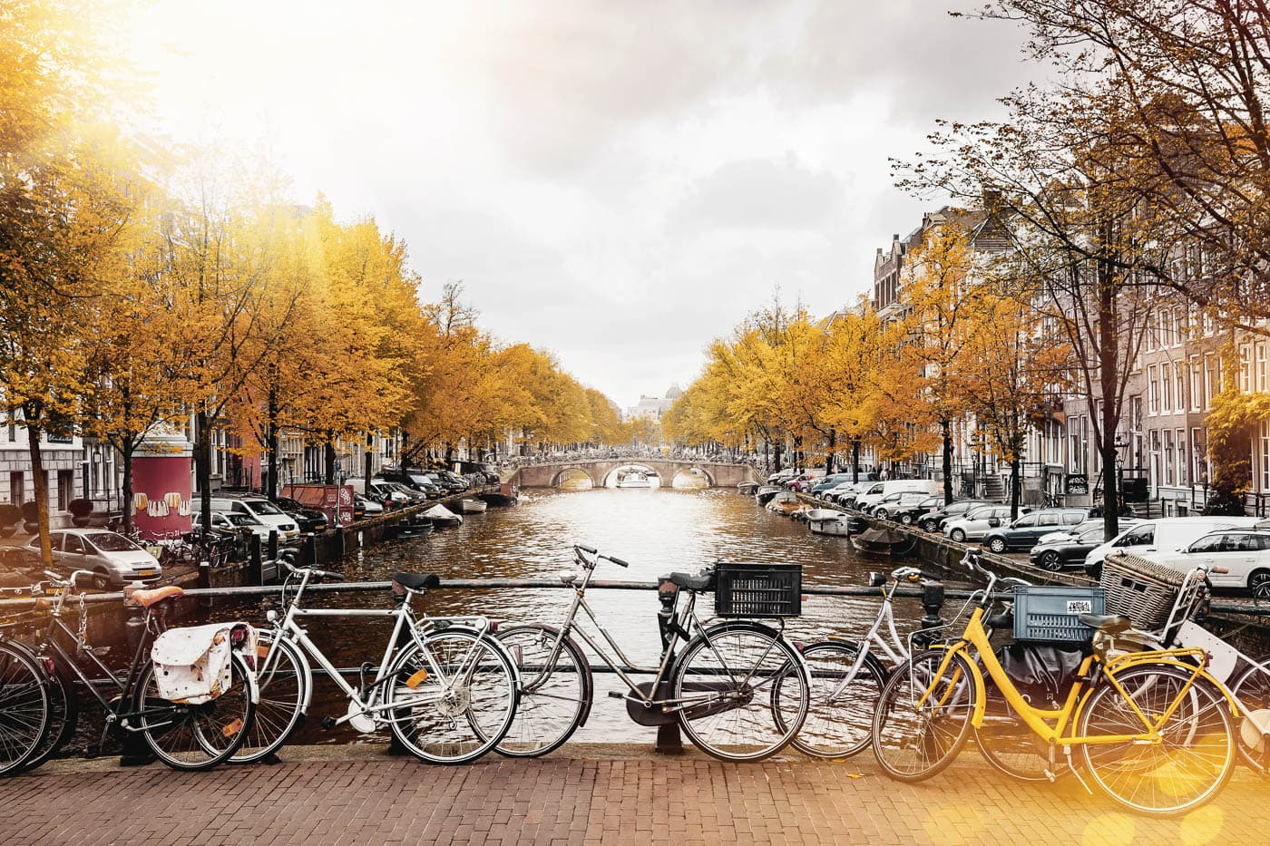 Herbst in Amsterdam, Blick auf eine Gracht mit Fahrrädern im Vordergrund