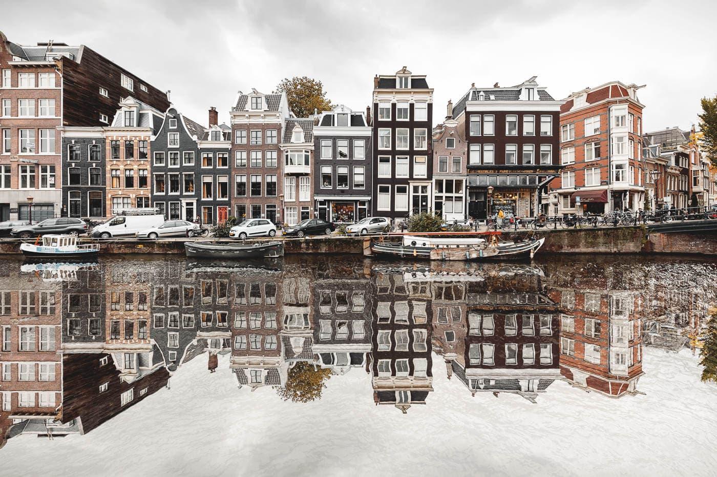 Häuserfassaden in der Prinsengracht in Amsterdam, Niederlande, Spiegelung