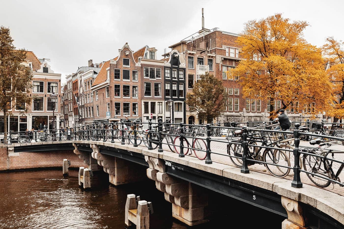 Singel Gracht in Amsterdam, Niederlande, Brücke im Herbst
