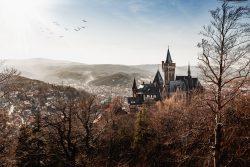 Wernigerode von oben mit Schloss und Blick zum Brocken