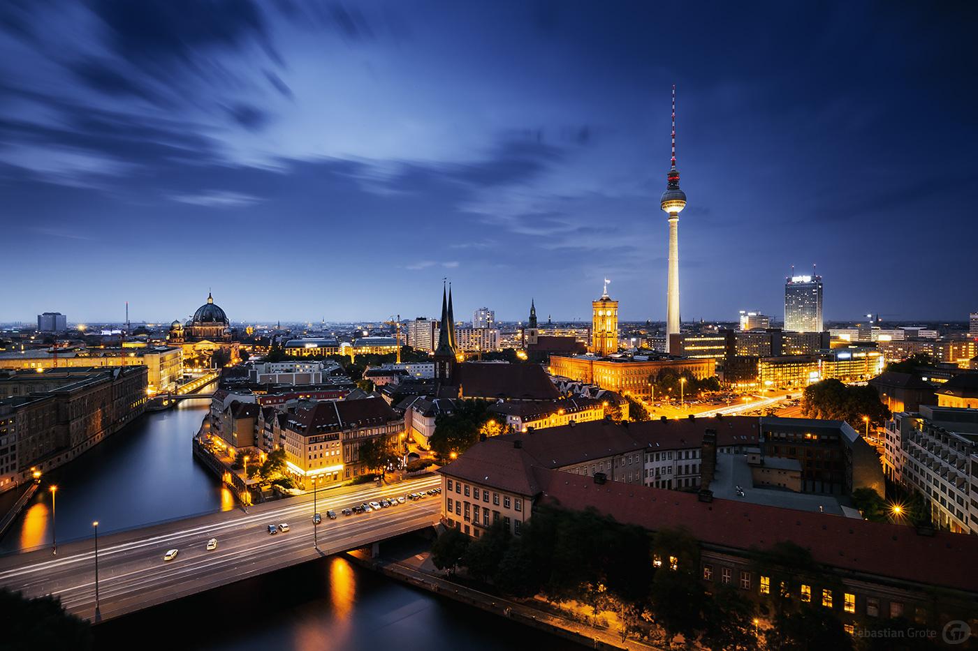 Berlin bei Nacht mit Blick auf den Fernsehturm, Rathaus und Berliner Dom