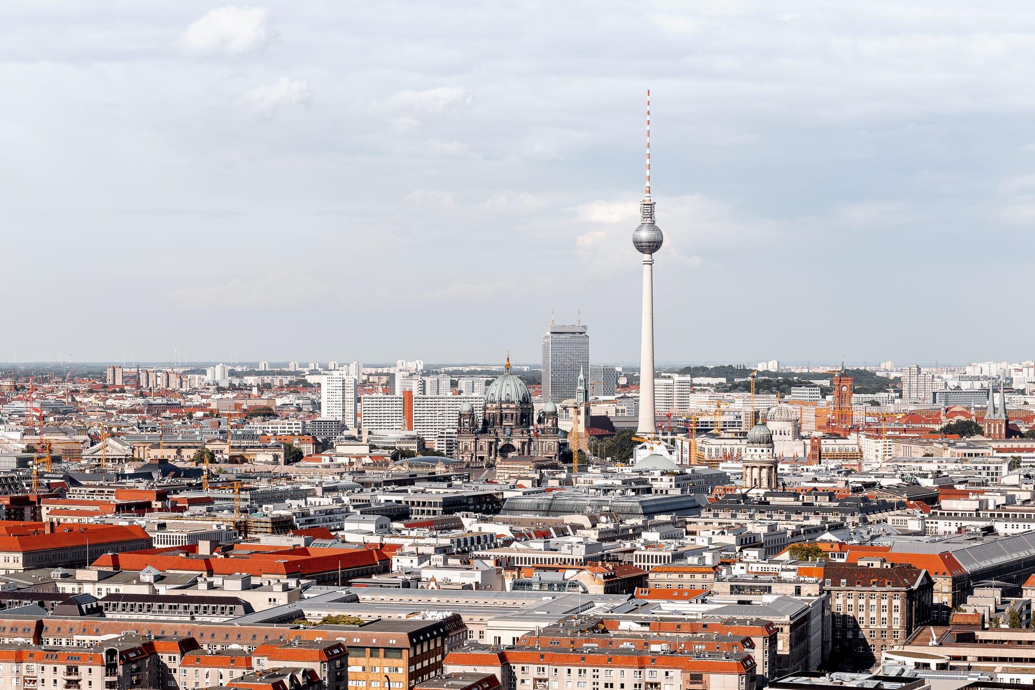 Berlin von oben mit Blick auf den Fernsehturm und den Berliner Dom
