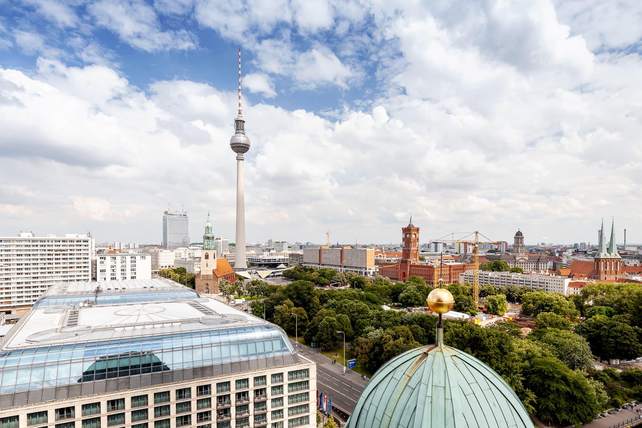 Alexanderplatz Berlin mit Fernsehturm und Rotes Rathaus