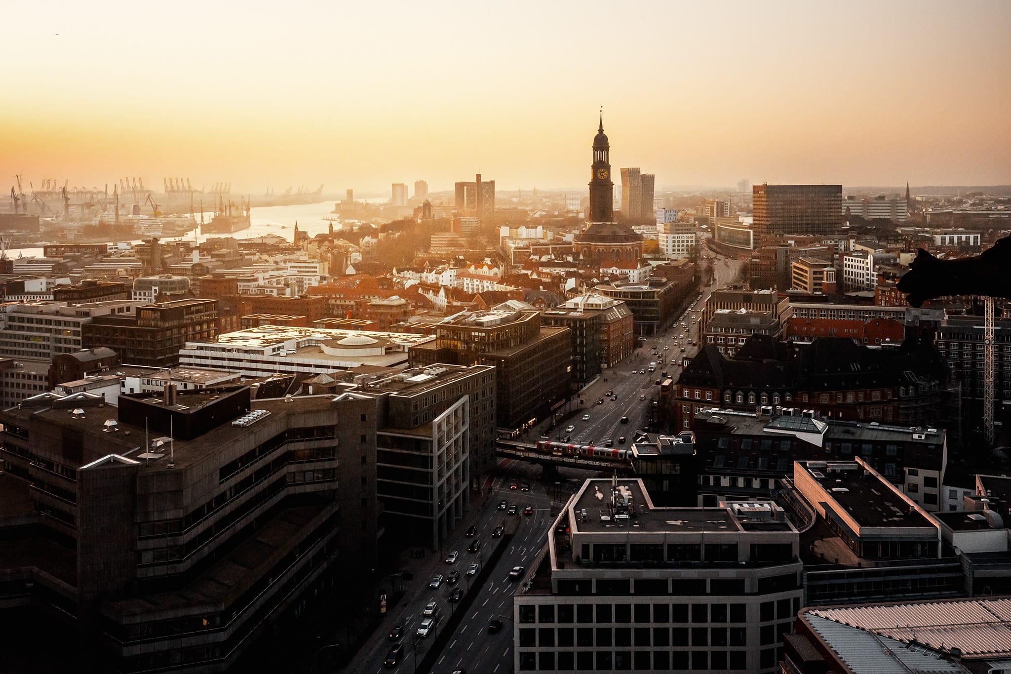 HafenCity Hamburg mit Elbphilharmonie und Mahnmal St. Nikolai