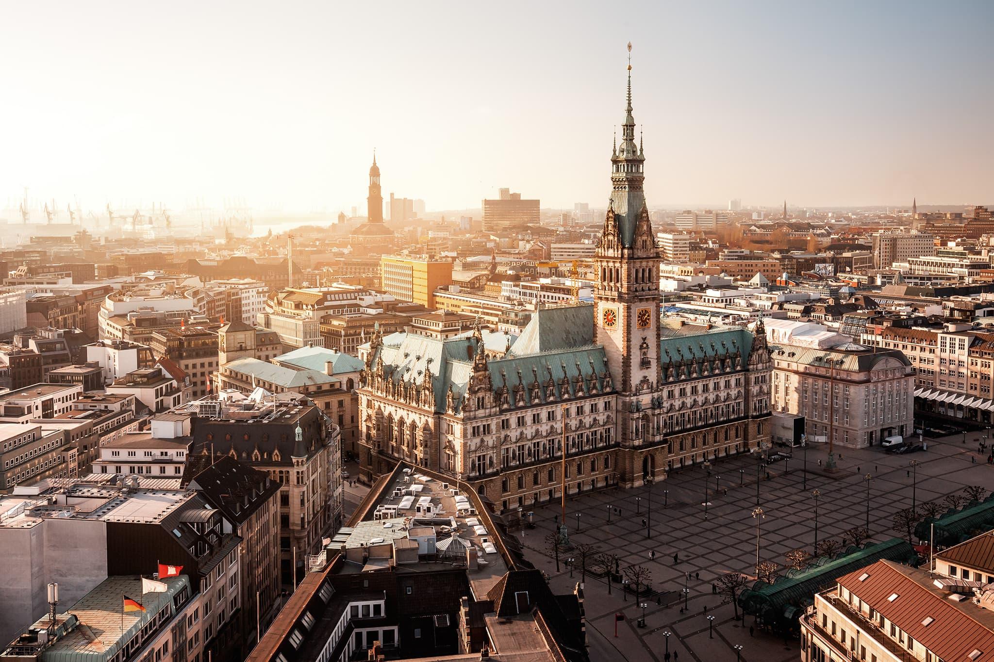 Hamburger Rathaus von oben zur goldenen Stunde