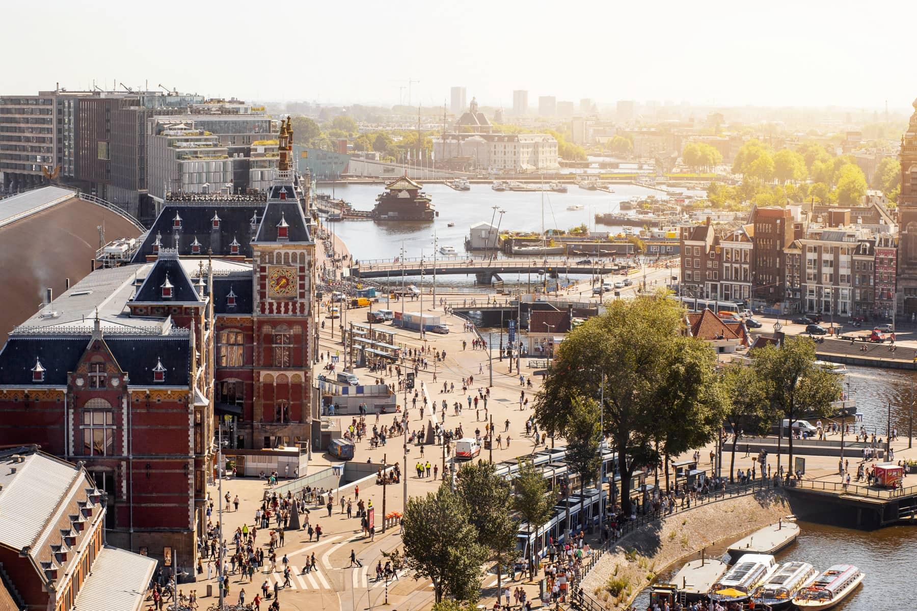 Zentrum von Amsterdam mit Hauptbahnhof von oben