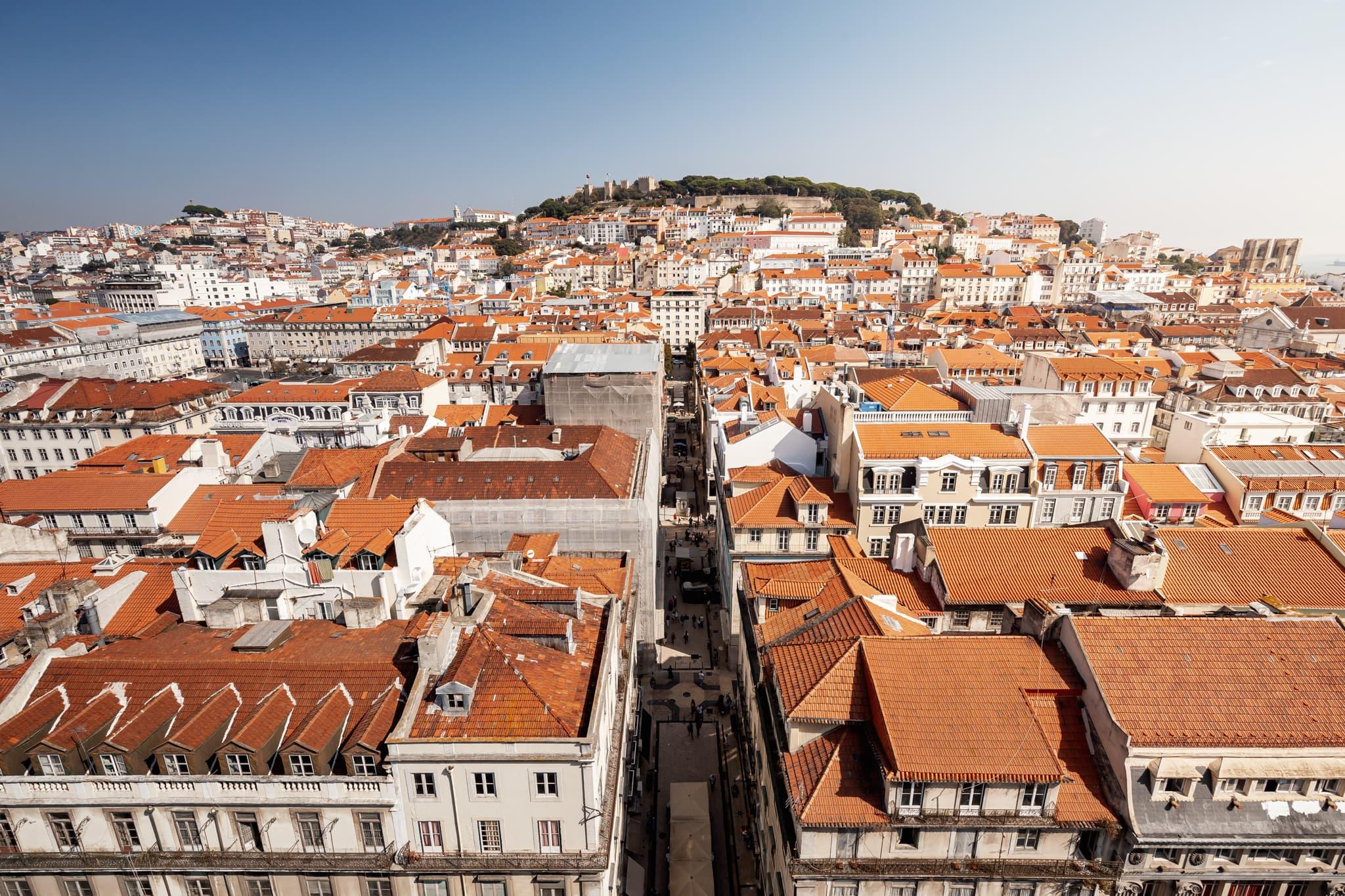 Blick auf die Innenstadt und Castelo de São Jorge in Lissabon, Portugal, Europa