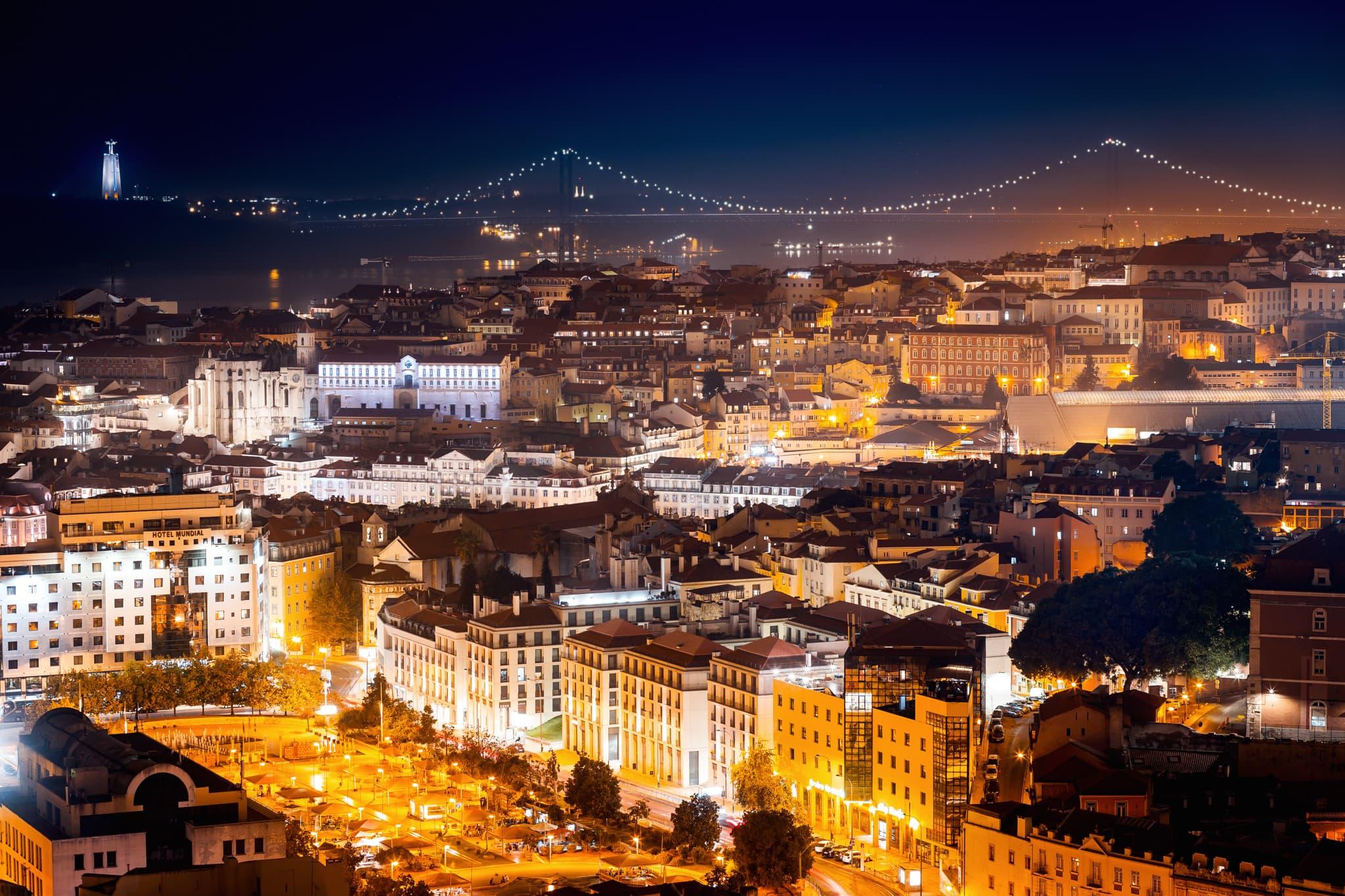 Lissabon bei Nacht mit Brücke im Hintergrund, Portugal, Europa