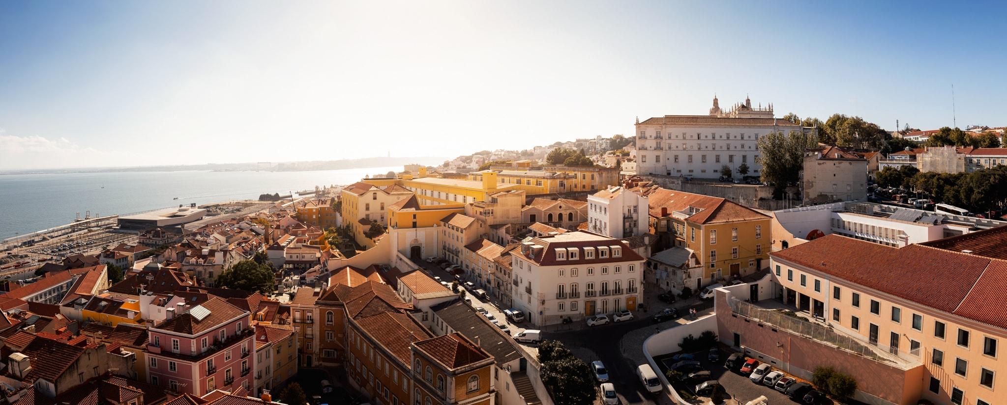 Panoramablick auf den Stadtteil Alfama in Lissabon, Portugal, Europa